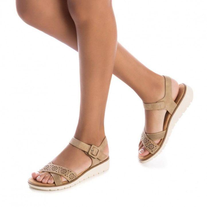 Sandàlies falca Xti marrons de doble tira amb detalls encunyats - Querol online