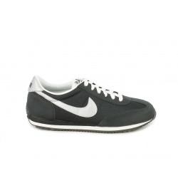 Zapatillas deportivas Nike negras, blancas y plateadas con cordones