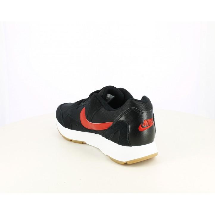 Zapatillas deportivas Nike negras con detalles en nobuk y logotipo en rojo - Querol online