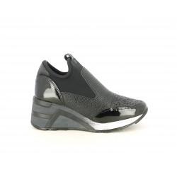 Zapatillas deportivas Cetti negras, combinada con charol y diferentes texturas