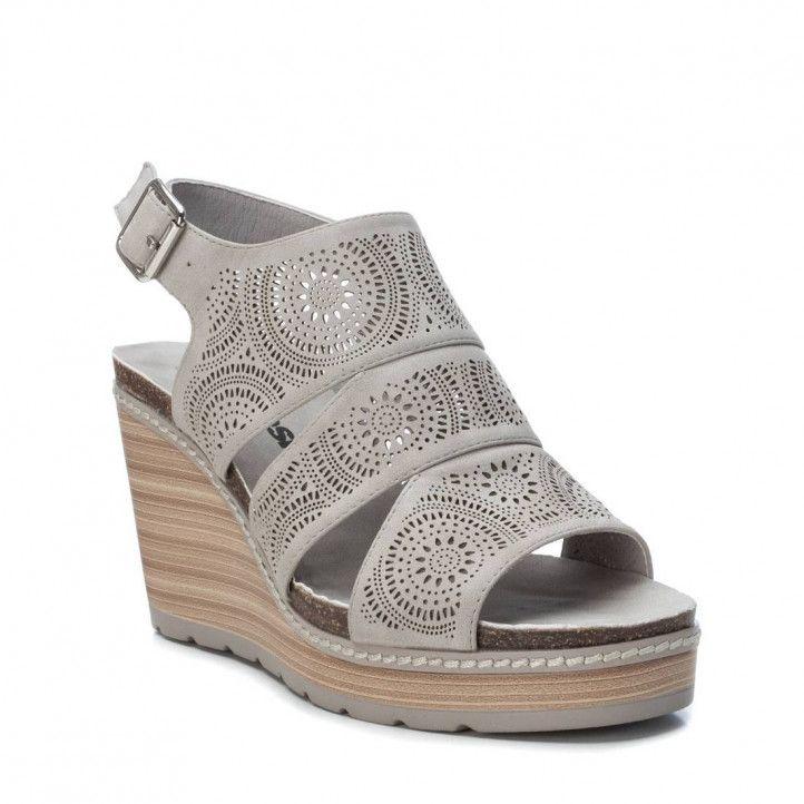 Sandàlies falca Refresh grises amb tres tires i detalls de petits forats - Querol online