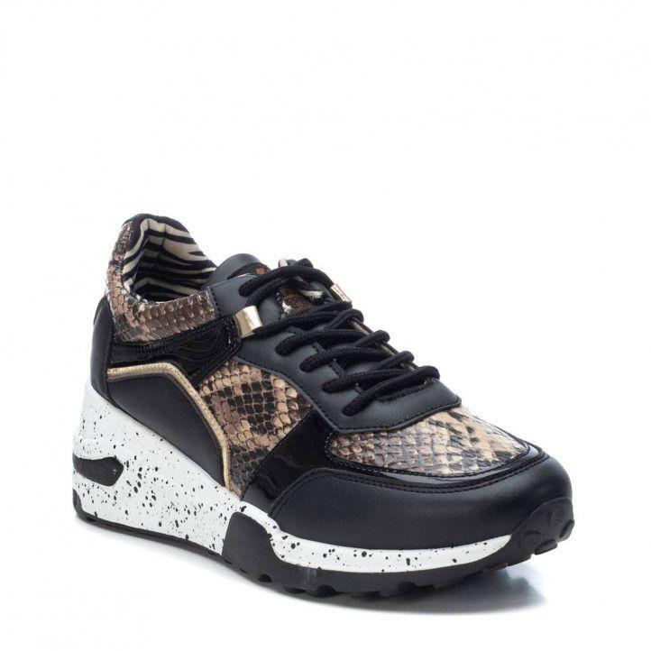Zapatillas deportivas Xti negras, marrones y doradas con estampado serpiente y cordones - Querol online
