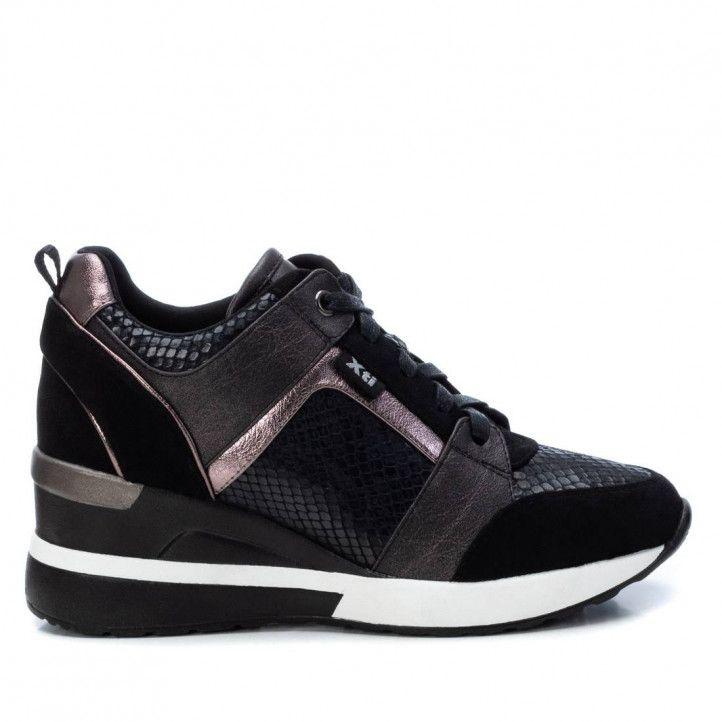 Zapatillas deportivas Xti negres y grises de cordones con estampado serpiente y cuña - Querol online