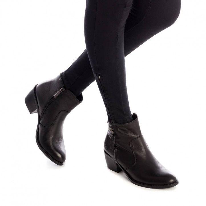 Botines tacón Carmela negros de piel con cremallera lateral y tachuelas en el tobillo - Querol online
